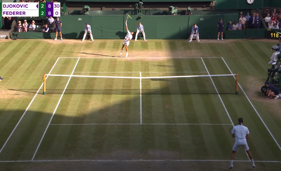 Khi bóng chạm mặt vợt Djokovic, Federer nhảy lên tại chỗ. Pha này Djokovic giao về phía thuận tay của đối thủ. Federer vất vả di chuyển đỡ bóng. Sau vài pha chạm vợt, Federer buộc phải cắt bóng ngắn và để Djokovic ghi điểm lên 40-0.