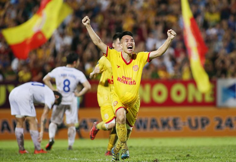 Cầu thủ Nam Định vỡ oà với bàn thắng gỡ hoà 2-2 ở phút 90 trong trận lượt về V-League 2019 trên sân Thiên Trường. Ảnh: Lâm Thoả
