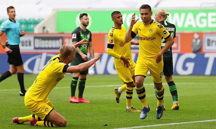 Haaland (áo vàng, trái) chúc mừng đồng đội Guerreiro sau bàn mở tỷ số. Ảnh: BVB.
