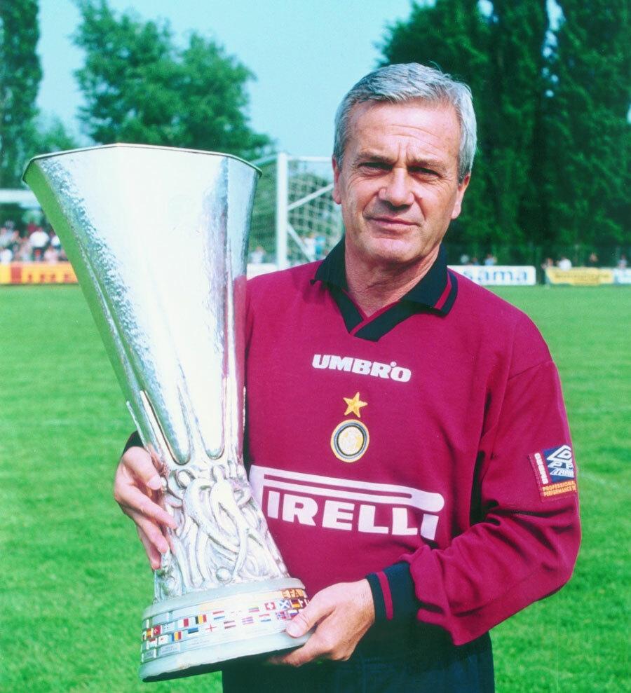 Cup UEFA đoạt được cùng Inter năm 1998 là đỉnh cao trong sự nghiệp cầm quân của Simoni. Ảnh: Inter.it.