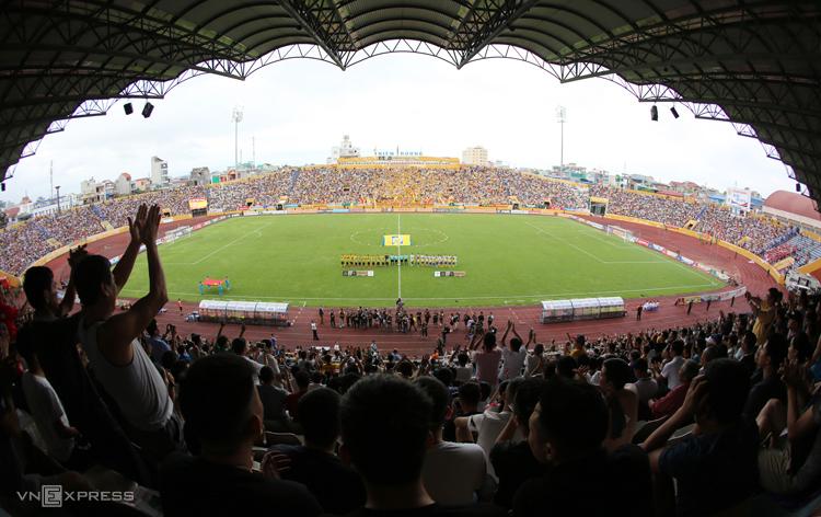 Thiên Trường là sân bóng đầu tiên của Việt Nam được đón khán giả ở mùa giải 2020. Ảnh: Đức Đồng