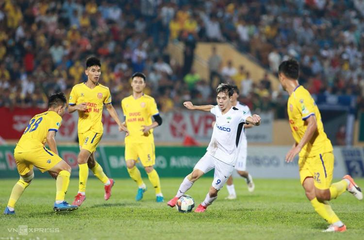Cầu thủ Nam Định phong toả HAGL trong trận thắng 2-0 trên sân Thiên Trường ngày 23/5. Ảnh: Lâm Thoả