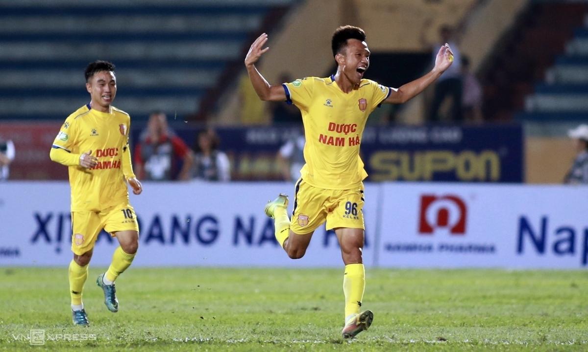 Mai Xuân Quyết (phải) mừng bàn thắng, dưới sự chứng kiến của HLV Park Hang-seo. Ảnh: Lâm Thỏa.