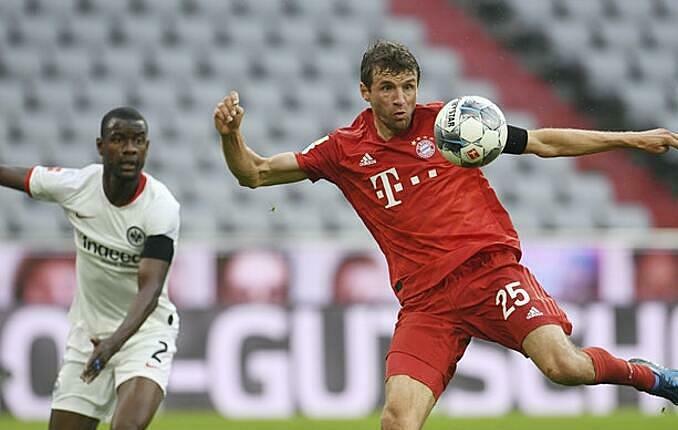 Muller (đỏ) bị thất sủng dưới thời Kovac, nhưng chơi hay dưới thời Flick. Ảnh: AP.