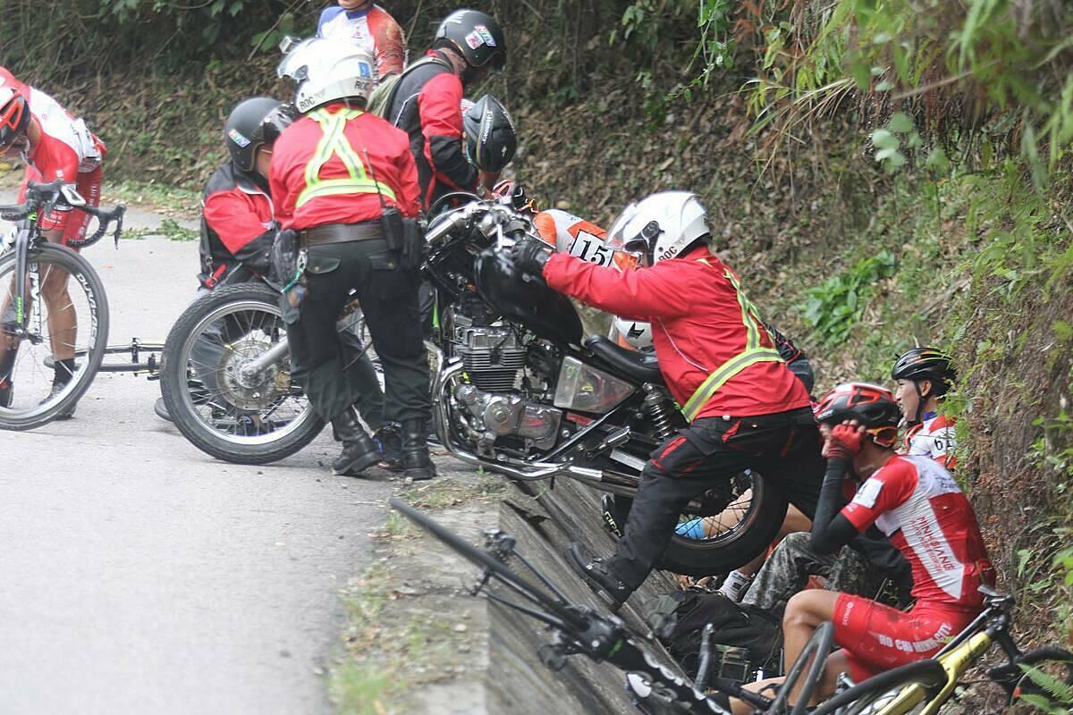 Đoàn đua gặp nạn khi đổ đèo Le. Ảnh: Huỳnh Văn Thuận.