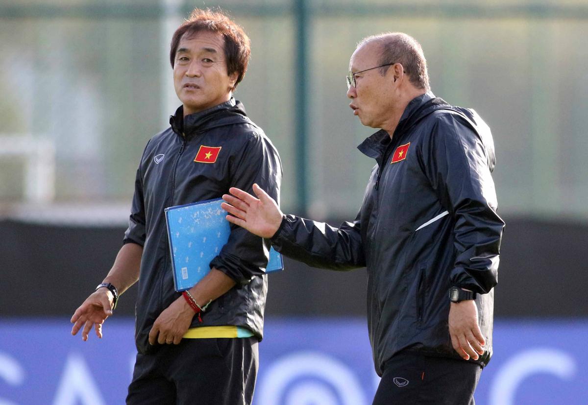 HLV Park Hang-seo (phải) và trợ lý thân cận Lee Young-jin. Ảnh: Đức Đồng.