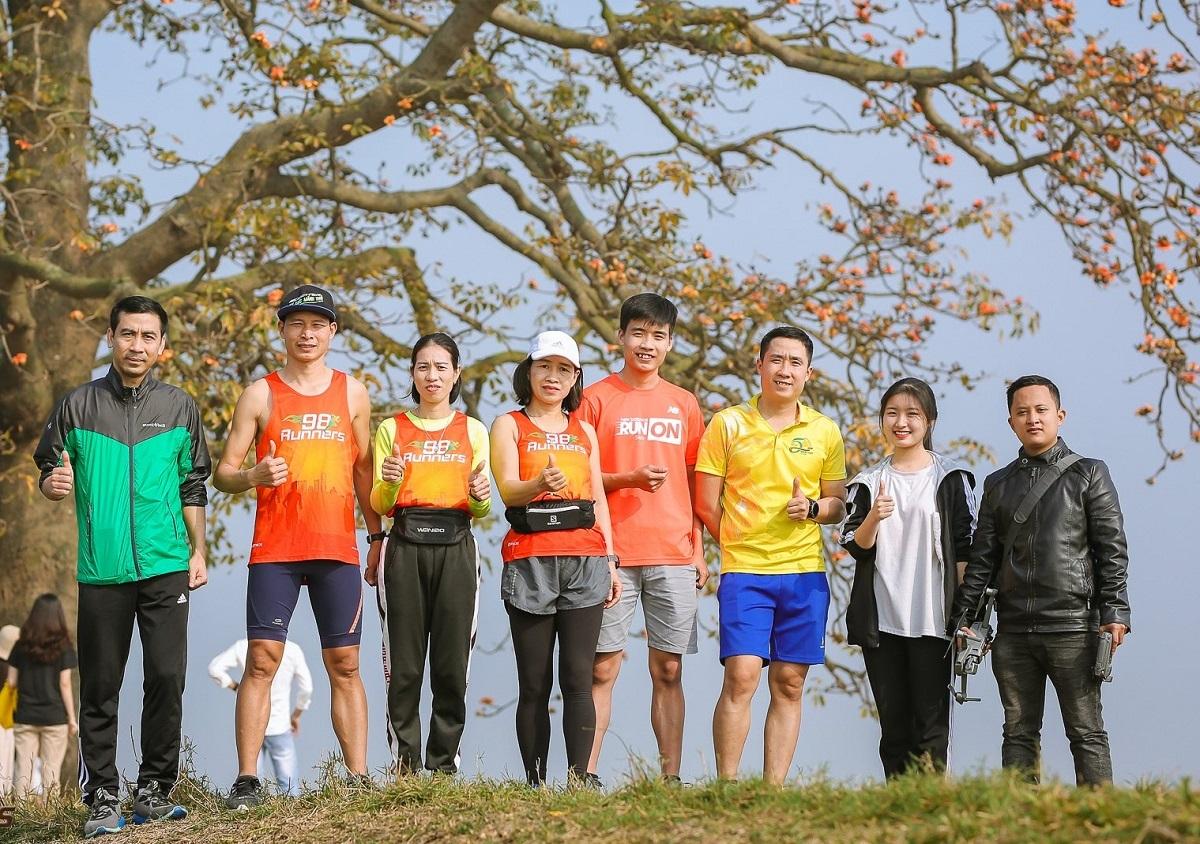 Anh Bình (thứ 2 từ trải qua) cùng nhóm chạy bộ 98 Runner Bắc Giang.