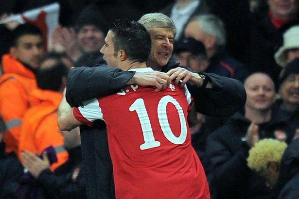 Wenger là HLV Van Persie làm việc lâu nhất - 8 năm, nhưng chỉ cho anh một Cup FA trong mùa đầu tiên. Ảnh: AFP.