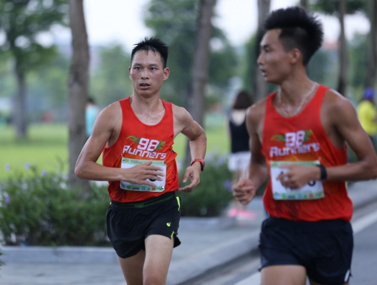 Nguyễn Văn Bình (trái) về nhất tại giải chạy hôm 16/5.