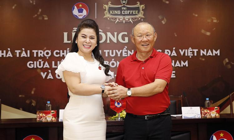 HLV Park Hang-seo và bà Lê Hoàng Diệp Thảo trong lễ ký kết tài trợ tại VFF sáng 25/5.