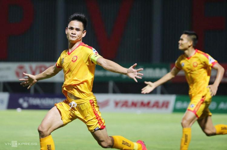 Hoàng Đình Tùng trở thành người hùng của Thanh Hoá với bàn thắng ở những giây cuối cùng trận đấu. Ảnh: Lâm Thoả