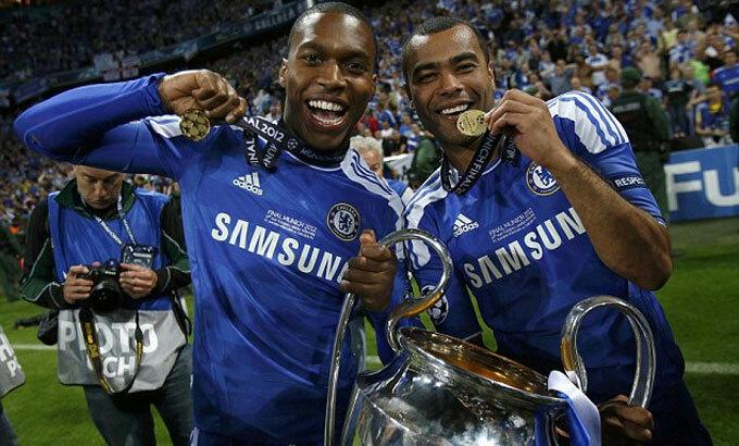 Cole (phải) giành Champions League sáu năm sau khi rời Arsenal. Ảnh: Reuters.