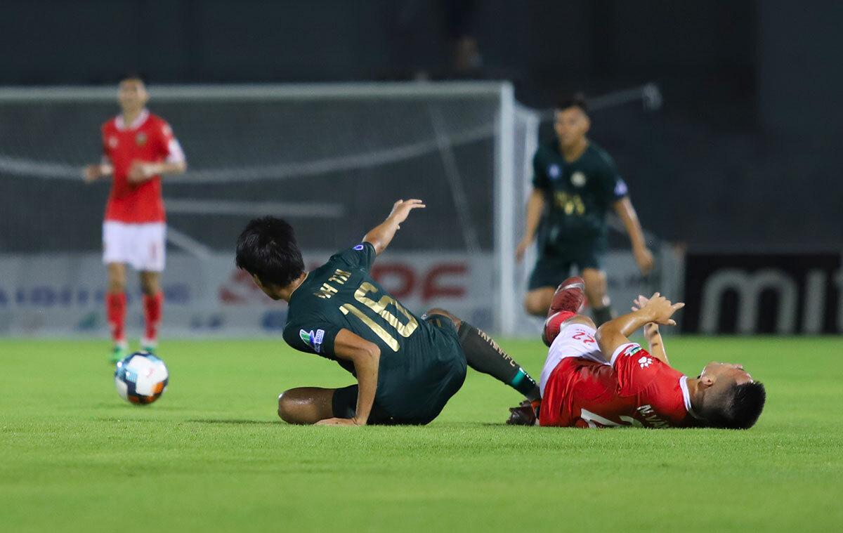 Tây Ninh (áo xanh) chủ động thi đấu rắn để làm giảm nhịp độ tấn công của Hà Tĩnh (áo đỏ). Ảnh: Đức Hùng