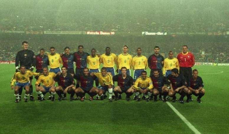 Cầu thủ hai đội chụp ảnh chung cùng nhau trước trận đấu ở Camp Nou.