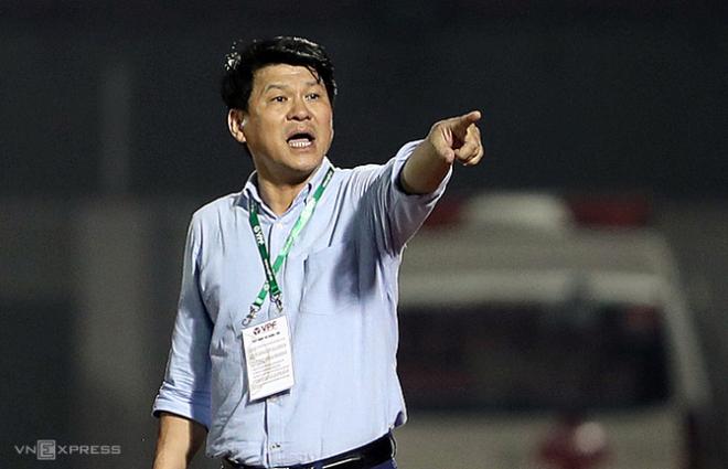 Chủ tịch kiêm HLV Vũ Tiến Thành chỉ đạo các cầu thủ Sài Gòn FC ở trận thắng Đà Nẵng 4-1 tại vòng 2 V-League 2020. Ảnh: Đức Đồng.