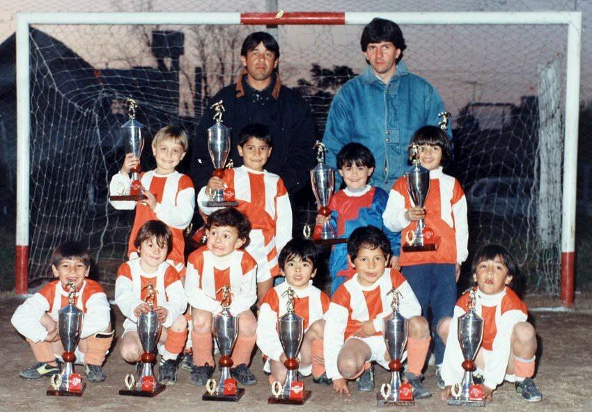 Messi (hàng dưới, thứ hai từ trái sang) trong màu áo đội trở Grandoli. Ảnh: Medium.