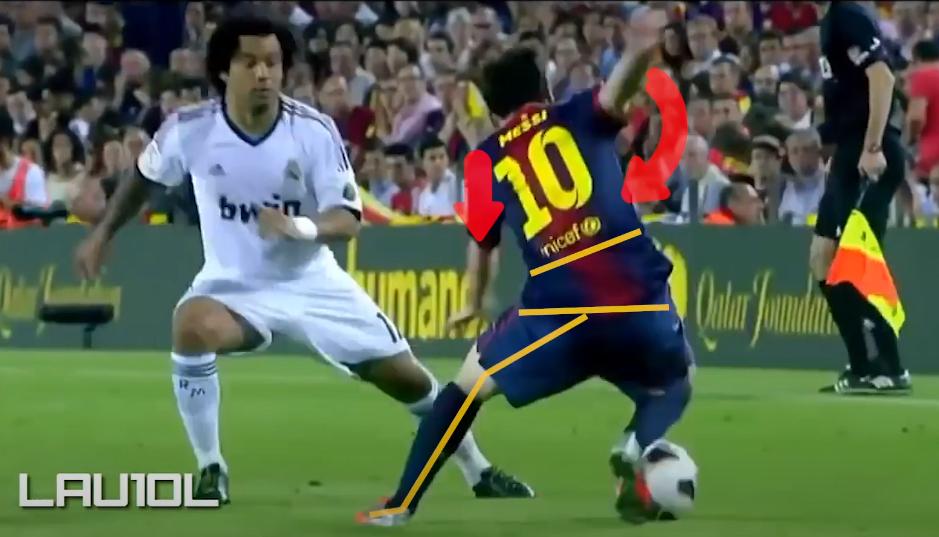 Khi chân trái Messi vừa chạm đất, toàn bộ cơ thể của anh lại đánh sang phải. Khi đó, Marcelo đã dồn hoàn toàn trọng tâm ở hướng ngược lại.