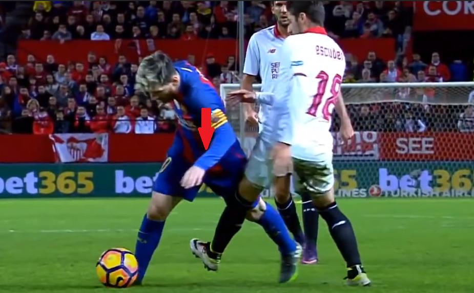Sau khi vượt qua đối thủ, Messi chúi vai xuống, hạ thấp trọng tâm để nhanh chóng lấy lại thăng bằng.