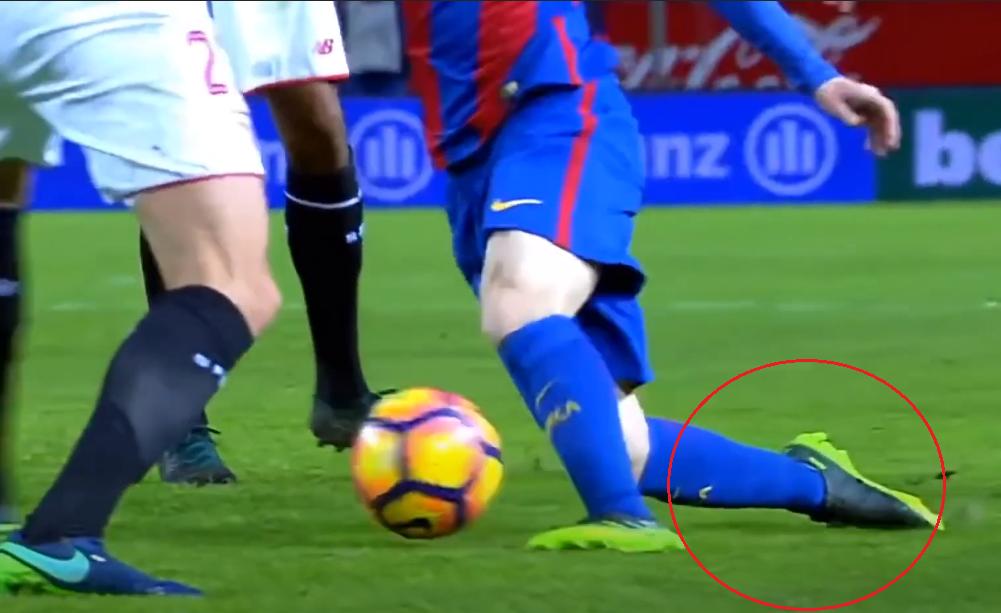 Khi đối thủ tiếp theo ập đến, Messi đặt trụ bằng mu lai má chân phải, để chân trái gạt bóng đổi hướng. Một lần nữa, độ linh hoạt và khả năng giữ thăng bằng của Messi khiến đối thủ không lường được.