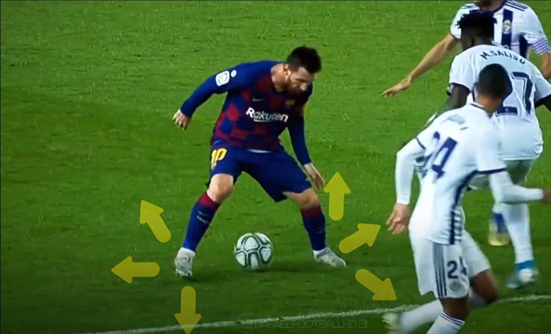 Trong tình huống này, Messi vừa nhận bóng và dạng chân ra, chờ đối thủ ập vào. Mắt Messi nhìn về chuyển động chân của cầu thủ số 27.