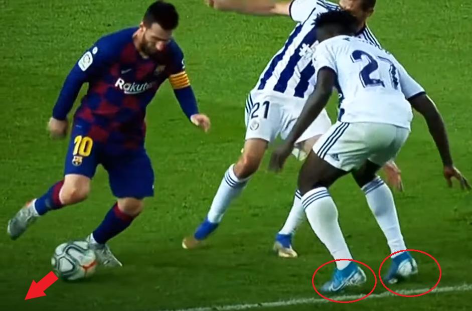 Cầu thủ số 27 định ập vào nhưng khựng lại, và mất thăng bằng khi trụ bằng hai mũi chân. Messi tận dụng điều này, để bóng sang bên cạnh và thoát đi.