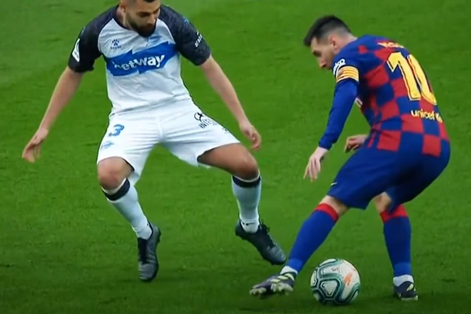 Trong một tình huống khác, Messi nhận bóng bằng chân phải rồi lại dạng chân trái ra. Khi đối thủ lao vào, định ngăn Messi rê sang trái, anh lại dùng lòng trong chân phải gạt bóng sang phải và qua người.