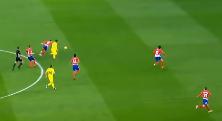 Nhận ra hậu vệ gần nhất đang lao về phía anh, Messi đẩy bóng về khoảng trống phía trước.