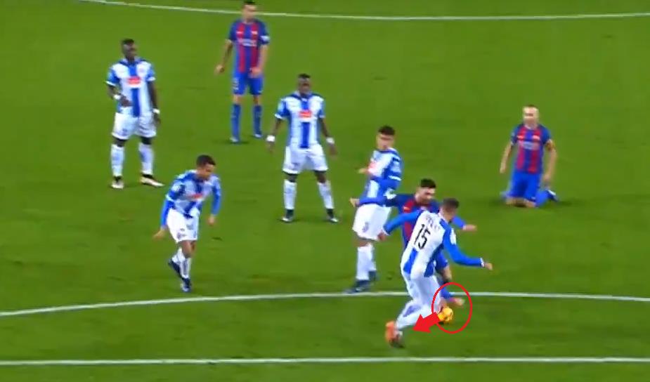 Messi dùng chân phải đẩy bóng ngược hướng di chuyển của đối thủ.