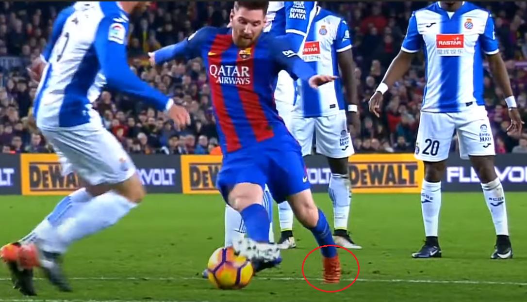 Một góc quay khác về tình huống này, Messi ngoặt bóng 90 độ, trụ bằng mũi chân trái.