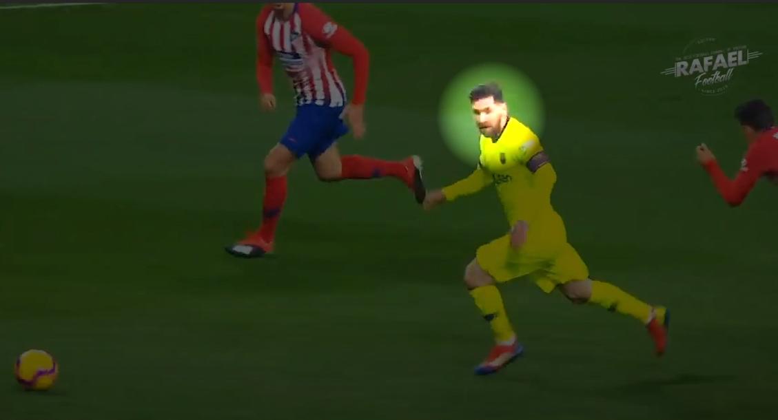 Trong lúc vượt qua đối thủ, Messi ba lần ngoái đầu nhìn xung quanh để đánh giá tình huống một lần nữa, rồi xử lý bước tiếp theo.