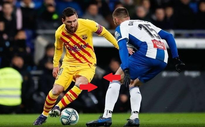 Khi đối mặt hậu vệ, Messi không nhìn bóng, mà nhìn vào chân đối thủ. Sau khi lắc người, anh để ý đối thủ có chuyển trụ về phía bị lừa hay không. Từ đó, anh đẩy bóng theo hướng ngược lại.