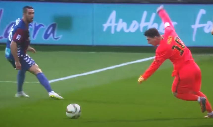 Nhưng anh chỉ cần một nhịp trụ chân phải để lấy lại thăng bằng, vừa xoay trái theo bóng. Khả năng lấy lại thăng bằng của Messi nhanh hơn tính toán của hậu vệ tiếp theo ập vào.