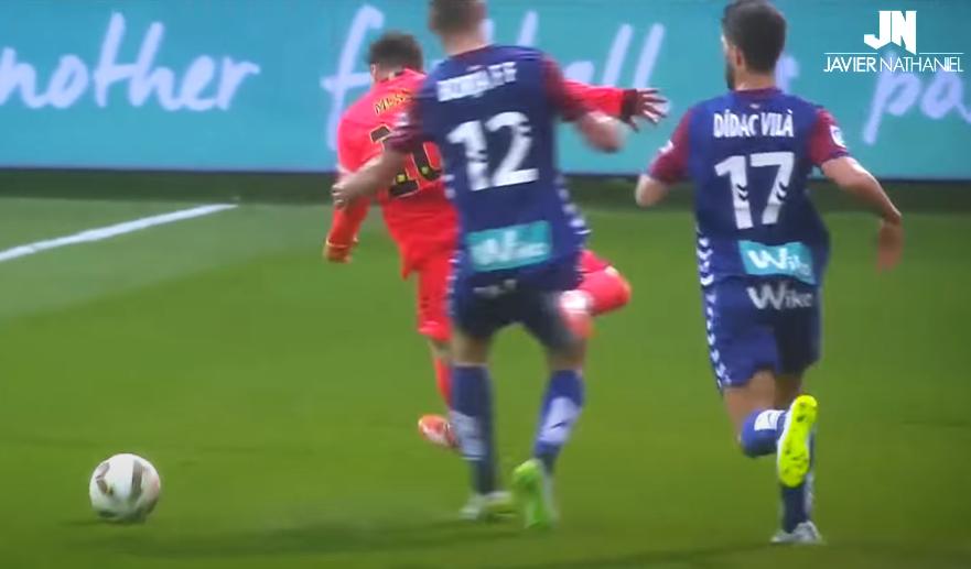 Messi vừa vượt qua hai người, rồi bị cầu thủ số 12 chơi tiểu xảo từ phía sau. Messi chuẩn bị tiếp đất bằng chân trái và mất thăng bằng.