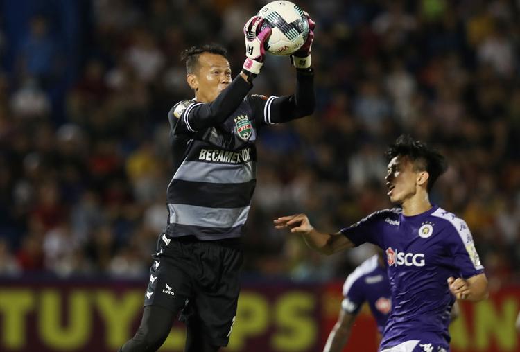 Tấn Trường hai lần mắc lỗi khi đối đầu Hà Nội ở AFC Cup và V-League trong năm 2019. Ảnh: Đức Đồng