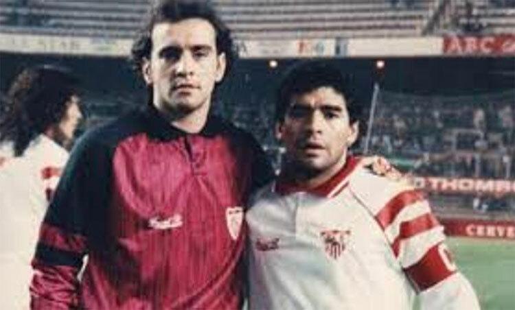 Maradona (phải) và Monchi thời còn chơi cho Sevilla. Ảnh: MD.
