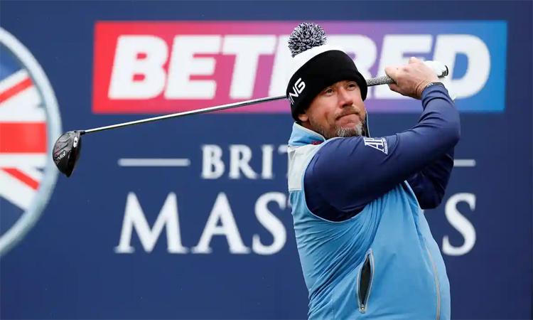 Lee Westwood phát bóng tại Bristish Masters 2019. Ảnh: Reuters.