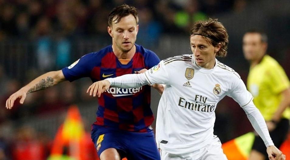 Barca hiện hơn Real hai điểm trước khi La Liga hoãn vì Covid-19. Ảnh: EFE.