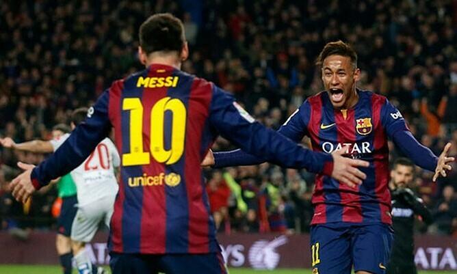 Neymar (phải) được nhiều người Barca chào đón trở về Ảnh: Reuters.