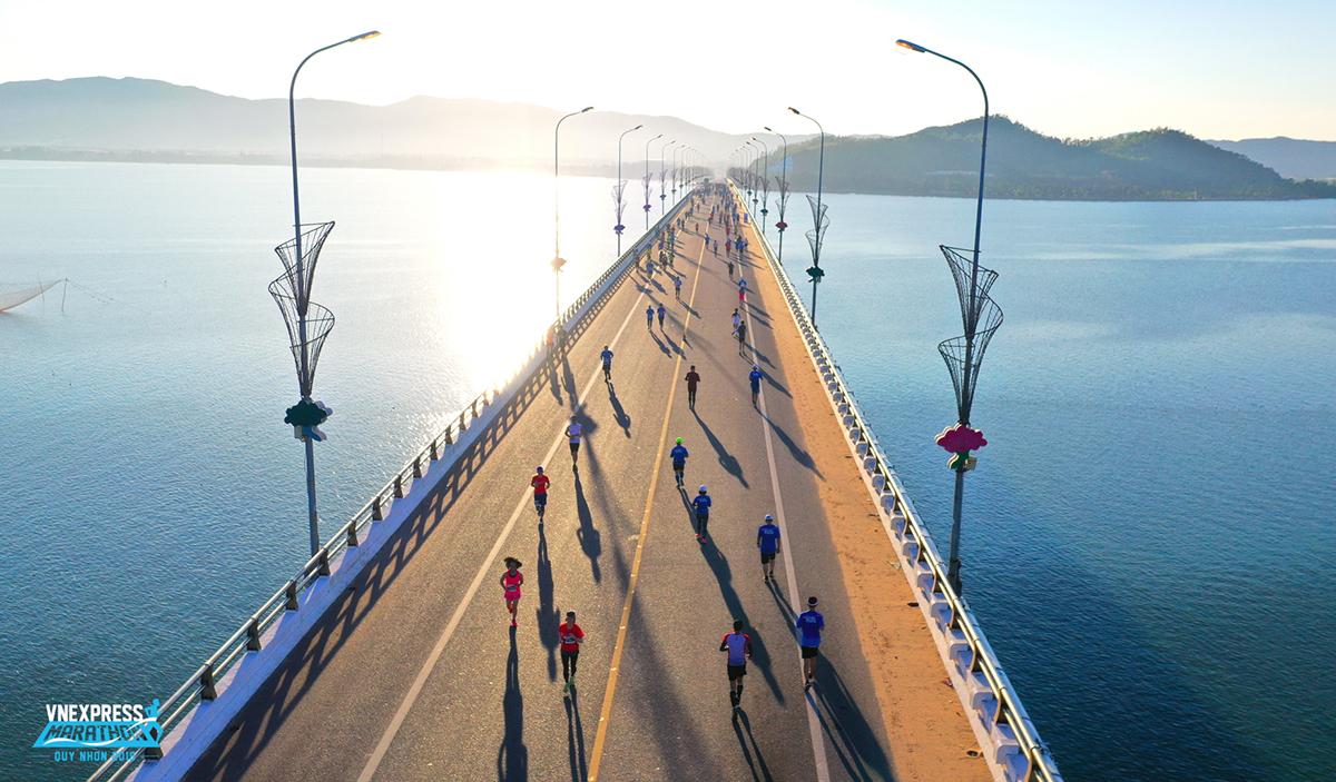 Các runner chạy trong ánh bình minh trên cầu Thị Nại, cầu vượt biển dài nhất Việt Nam tại VM Quy Nhơn 2019.