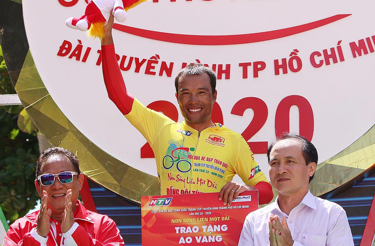 Trường Tài mặc Áo Vàng sau 12 chặng đua ầm thầm núp phía sau đối thủ. Ảnh:Huỳnh Văn Thuận.
