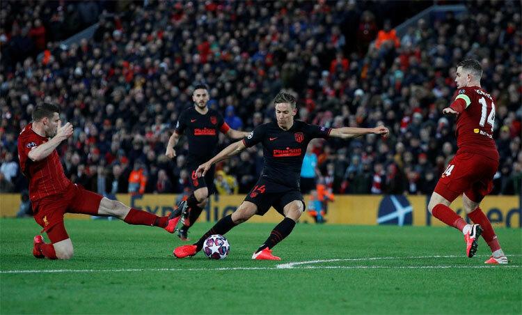 Trận đấu thu hút hàng chục nghìn khán giả tới sân. Ảnh: Reuters.