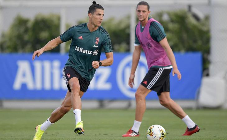 Ronaldo (trái) trong buổi tập hôm qua. Ảnh: Juventus FC.