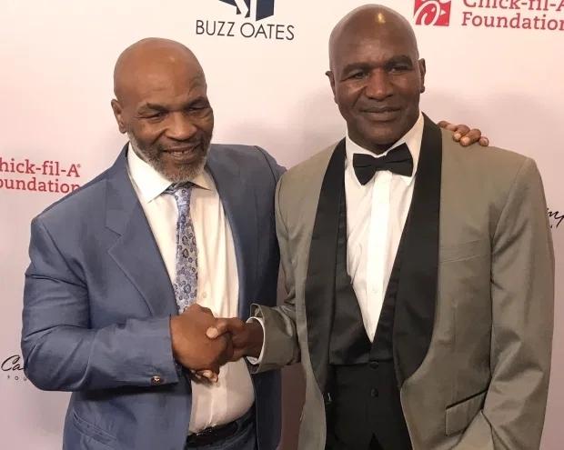 Holyfield (phải) sẵn sàng đấu với Mike Tyson hoặc Lennox Lewis. Ảnh: Reuters.