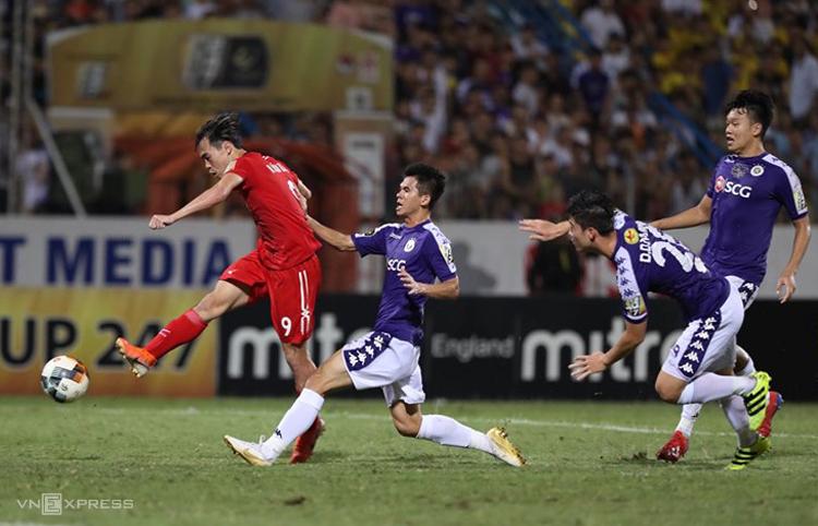 Văn Toàn dứt điểm ghi bàn gỡ hòa 1-1 cho Hà Nội trong trận lượt về V-League 2019 trên sân Hàng Đẫy.