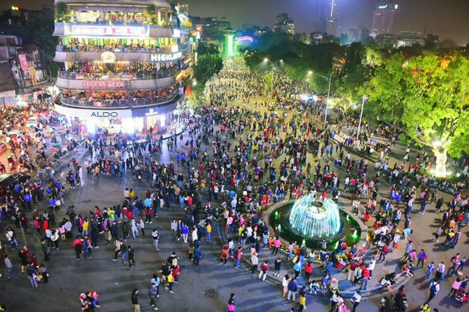 Quảng trường Đông Kinh Nghĩa Thục là nơi check-in quen thuộc của giới trẻ Thủ đô. Ảnh: Giang Huy.