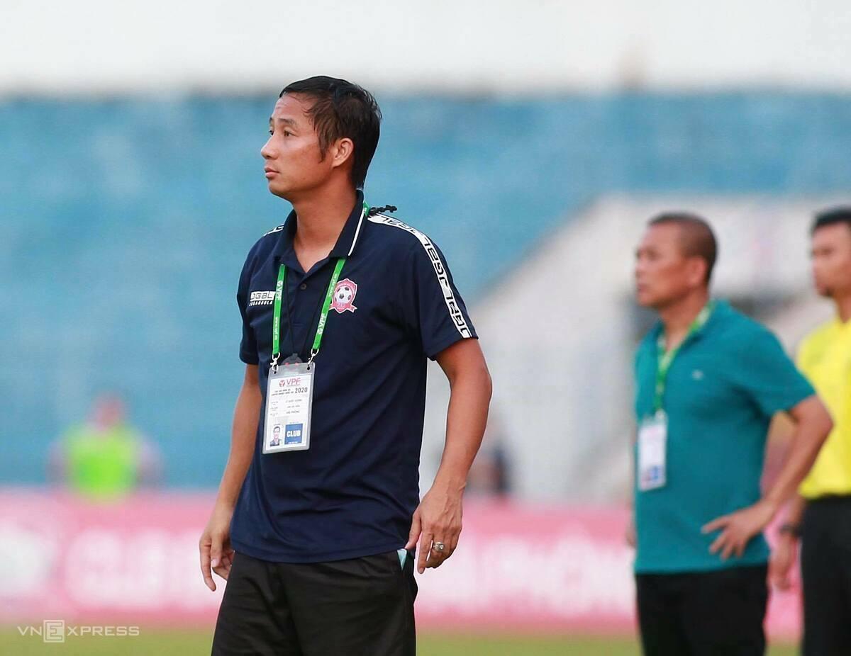 Trợ lý HLV Lê Quốc Vượng tham gia chỉ đạo các cầu thủ Hải Phòng thi đấu chiều 5/6. Ảnh: Lâm Thoả.