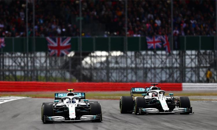Mercedes sẽ làm nóng cho các tay đua bằng cách tổ chức đua thử trên xe phiên bản cũ. Ảnh: Motosport.