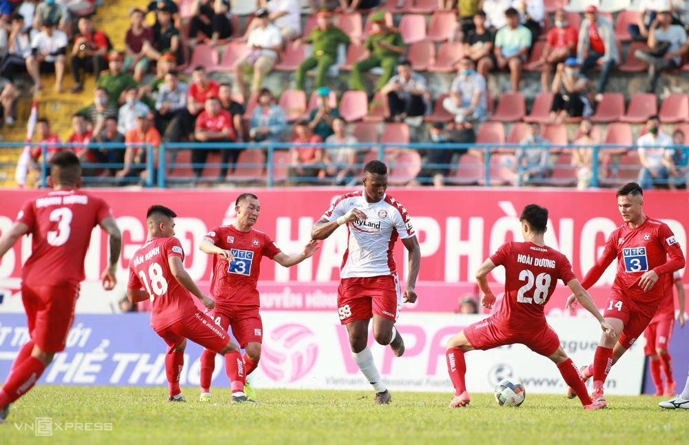 Cầu thủ Hải Phòng phong toả tiền đạo Amido Balde của TP HCM trong trận hoà 0-0 tại Lạch Tray ngày 5/6. Ảnh: Lâm Thoả