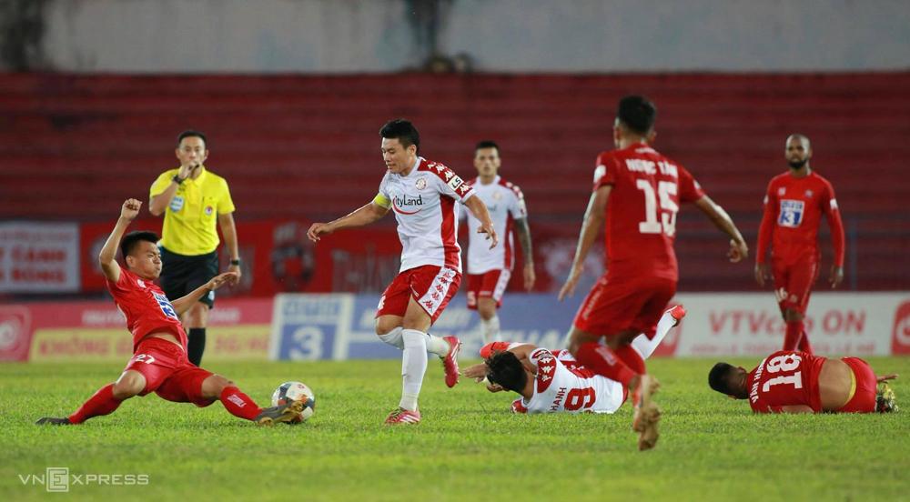 Cầu thủ Hải Phòng lăn xả ngăn chặn Văn Thuận trong trận hoà 0-0 trên sân Lạch Tray ngày 5/6. Ảnh: Lâm Thoả