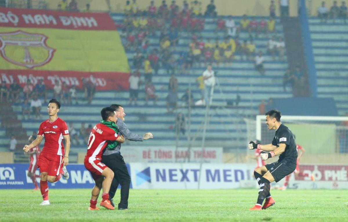 HLV Trương Việt Hoàng chạy vào sân mừng bàn thắng phút cuối cùng các học trò. Ảnh: Hưng Vũ.